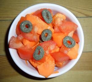 Napf mit frischem Gemüse und Knabber-Ringies