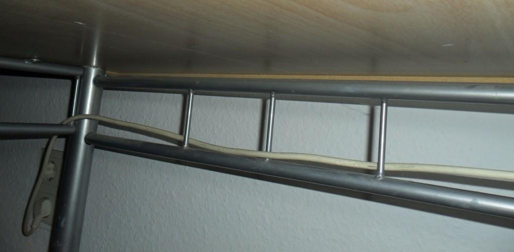 Kabel unter dem Tisch befestigen